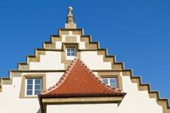 mot den historiska skyen för blå facade Fotografering för Bildbyråer