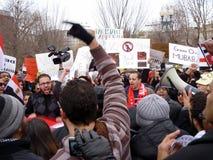 mot den ilskna folkmassan Hosni Mubarak Arkivbilder