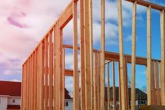 mot den inramning home nya bostadsgrunda skyen för blå konstruktionsfokus Royaltyfri Fotografi