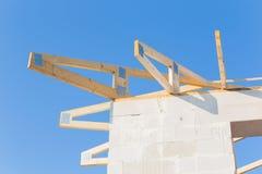 mot den inramning home nya bostadsgrunda skyen för blå konstruktionsfokus Royaltyfri Bild