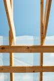 mot den inramning home nya bostadsgrunda skyen för blå konstruktionsfokus Taklägga konstruktion mot strålar gjorde molnig konstru Arkivfoton