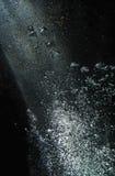 mot den ljusa stigande axeln för luftblackbubblor fotografering för bildbyråer