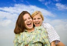 mot den lyckliga skyen för flickor tillsammans Arkivfoton