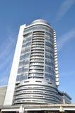 mot den moderna skyen för blå byggnad Arkivfoton