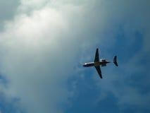 mot den molniga skyen för flygplan Arkivbild