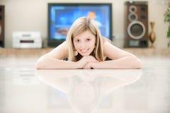 mot den stora flickatv:n Royaltyfri Bild