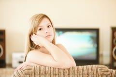 mot den stora flickatv:n Royaltyfria Bilder