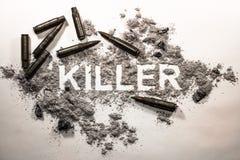 Mot des textes de tueur écrit en cendre grise, saleté, ordures avec les balles a photos stock