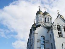mot det sedda kyrkliga korset taksky Royaltyfri Bild