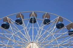 mot det stora blåa aftonskyhjulet royaltyfria bilder