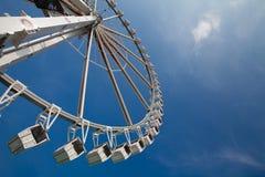 mot det stora blåa hjulet för ferrisobservationssky Royaltyfri Fotografi