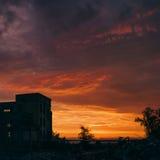 Mot en bakgrund en orange solnedgång Arkivbilder