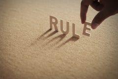 Mot en bois de RÈGLE sur le conseil comprimé Images libres de droits