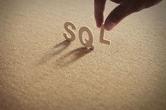 Mot en bois de SQL sur le conseil comprimé Images libres de droits