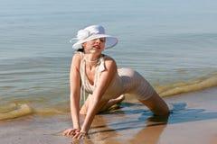 mot för havswhite för hatt posera kvinna Arkivfoton