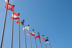 mot flaggainternationalskyen Arkivbild