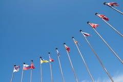 mot flaggainternationalskyen Arkivbilder