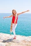mot flicka vaggar havet Arkivfoto
