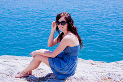mot flicka vaggar havet Royaltyfria Foton