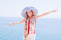 mot flicka vaggar havet Arkivbild