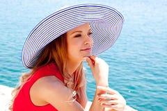 mot flicka vaggar havet Royaltyfri Foto