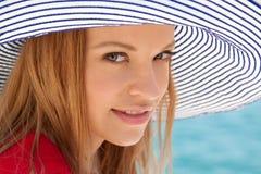 mot flicka vaggar havet Fotografering för Bildbyråer