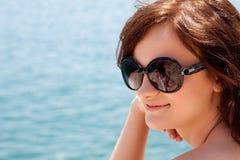 mot flicka vaggar havet Royaltyfria Bilder