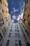 mot fotograferade byggnader kriger den högväxt skyen Royaltyfri Foto