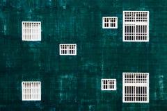 mot gröna väggwhitefönster Fotografering för Bildbyråer