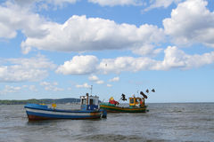 mot härliga fartyg som fiskar den gammala skyen Arkivbilder