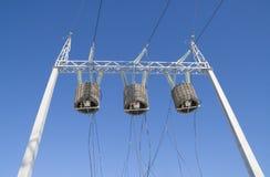 mot höga skytransformatorer för energi arkivbilder