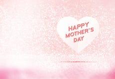 Mot heureux du jour de mère sur le coeur de papier dans la pièce en pastel rose de scintillement, l'espace de congé pour ajouter  Photo stock
