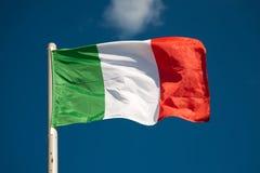 mot italienareskyen för blå flagga fotografering för bildbyråer