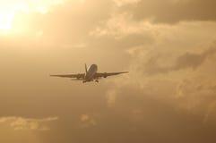mot jetflygplan av att ta för soluppgång Royaltyfria Bilder