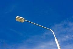 mot lamppostskyen Arkivfoton
