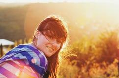 mot le solljus för härlig flicka Arkivbild