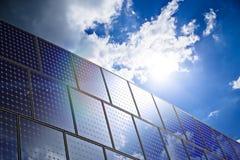 mot luft som blåa energier panel globala goda upplagor den sol- förnybara skyen för förorening sådan värme Royaltyfri Foto