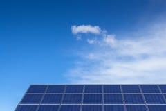mot luft som blåa energier panel globala goda upplagor den sol- förnybara skyen för förorening sådan värme Arkivfoto