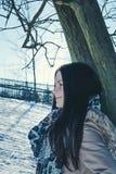 mot lutande treekvinnabarn Royaltyfria Bilder