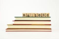 Mot maltais de langue sur des timbres et des livres en bois images stock