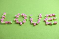 Mot miniature coloré d'amour de forme de guimauves Photo libre de droits