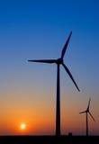 mot moderna solnedgångwindmills Royaltyfri Fotografi