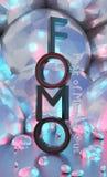Mot noir de Fomo en tant que concept des textes 3D ou de logo placé verticalement avec des octogones à l'arrière-plan images libres de droits
