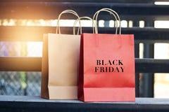 Mot noir de vendredi sur des paniers de papier rouge et brun Images stock