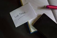 Mot perdu de voyage écrit sur le papier Texte perdu de voyage sur le cahier, concept noir de fond image stock