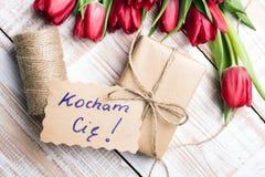 Mot polonais AMOUR et bouquet des tulipes Photographie stock libre de droits