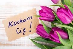 Mot polonais AMOUR et bouquet des tulipes Image libre de droits