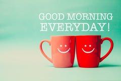 Mot quotidien heureux avec deux tasses de café et de support ensemble Photos stock