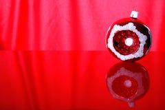 mot röd bakgrundsbolljul Fotografering för Bildbyråer