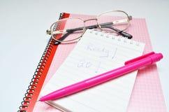 Mot rose de carnet et en verre de stylo prêt Photo libre de droits